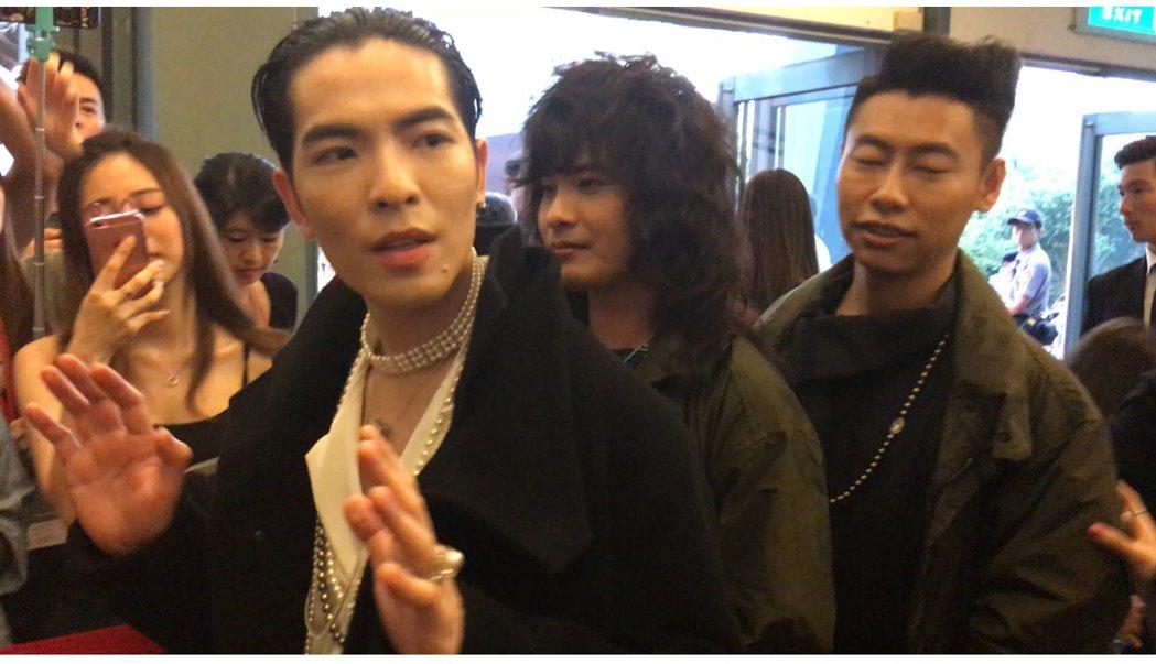 蕭敬騰(左)配戴千萬珠寶和獅子合唱團登紅毯。記者許晉榮/攝影