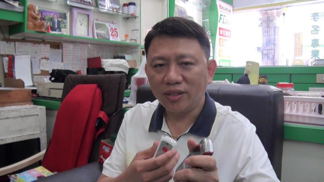 楊旭平因為母親失智,應用自己的電子專業,開發出一款電子通報系統,按下遙控器,就能...