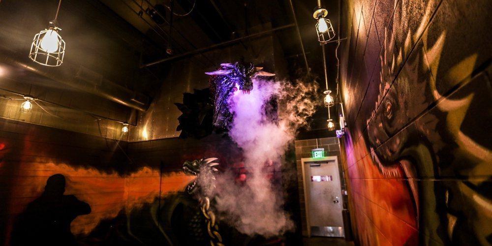 「冰與火之歌:權力遊戲」的噴火龍也在酒吧出現。圖/摘自Farrah Skeiky...