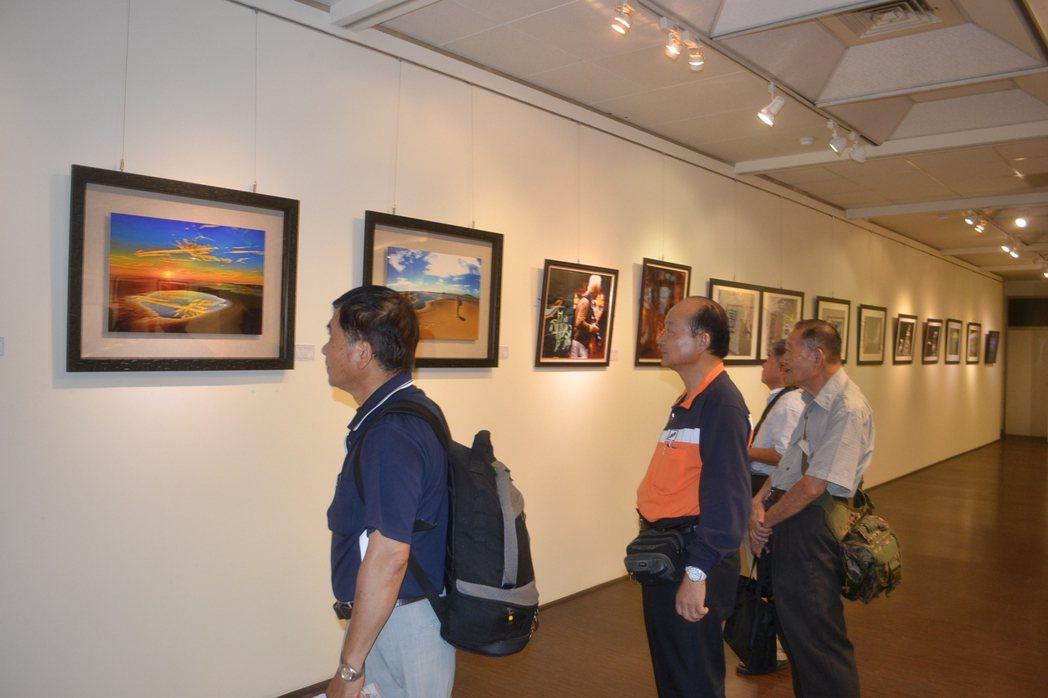 台南青青攝影研究會在台南生活美學館展出「府城台江之美」攝影展。記者鄭惠仁/攝影
