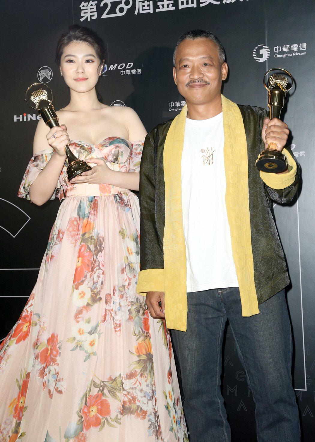 謝銘祐(右)與曹雅雯(左)分別獲得最佳台語男、女歌手獎。記者黃威彬/攝影
