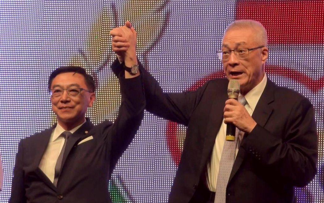 前副總統、國民黨主席當選人吳敦義(右)今晚到高雄市參加活動,他拉立委陳宜民的手說...