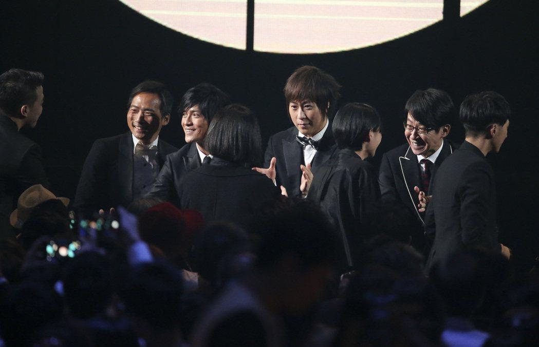 第28屆金曲獎,草東沒有派對獲得最佳樂團獎,團員與五月天擁抱。記者陳立凱/攝影