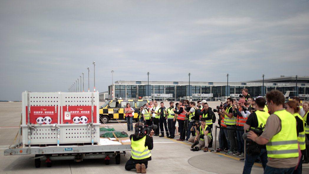 大陸貓熊「夢夢」和「嬌慶」抵達德國機場,受到媒體爭拍。(路透)