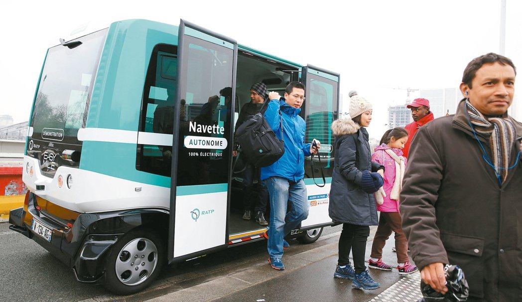 乘客從巴黎的電動自駕小巴士下車。 路透