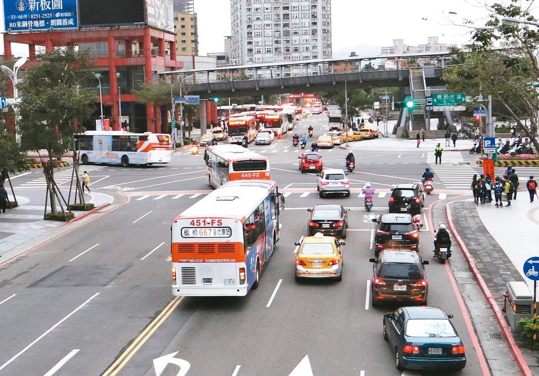 新北市板橋新府路常見往左轉的公車,在路口與直行車動線交織。 圖/新北市交通局提供