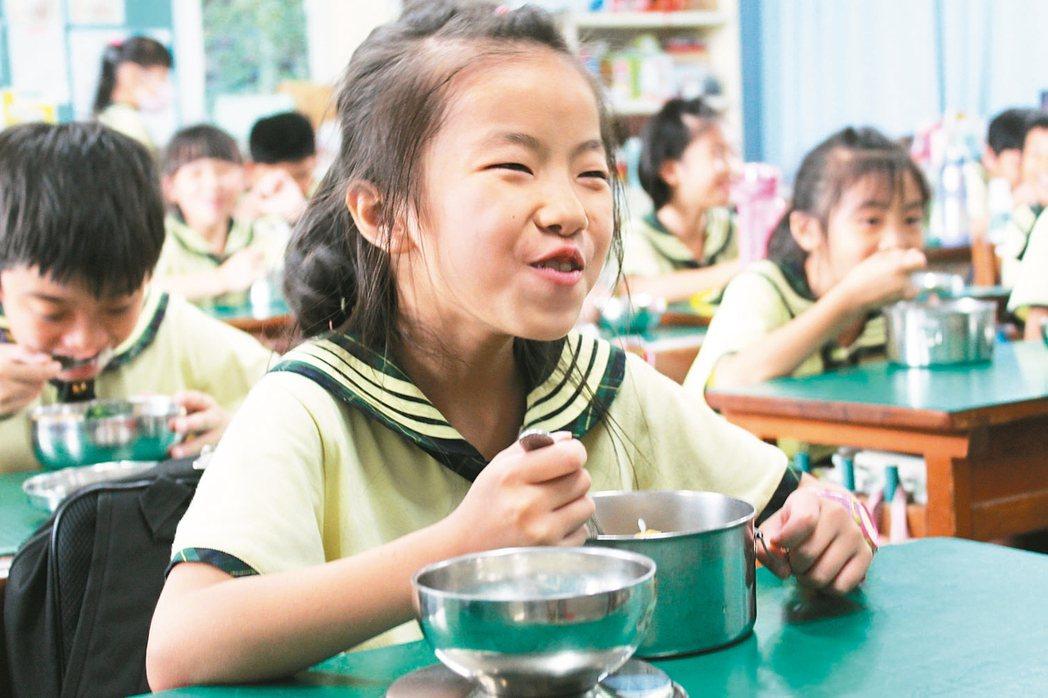 雲林縣國小營養午餐有6成的學生家長同意新學年度漲價,讓學生吃得更營養。 記者姜宜...