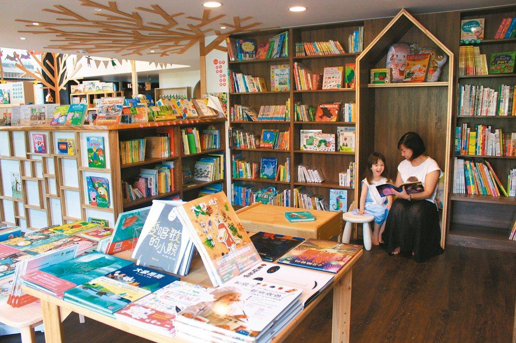 張博雯完成母親開書店的願望,與英國夫婿共同設計帶有童話風味的繪本屋。 記者郭政芬...