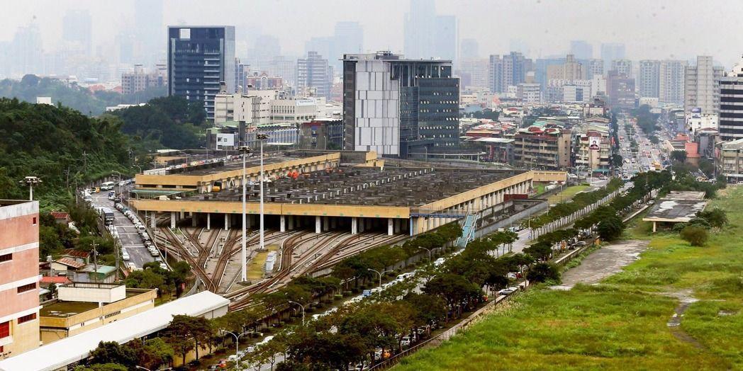 南港機廠聯開案,台北市政府與日勝生解約要賠付日勝生2.44億元,須經議會同意。圖...