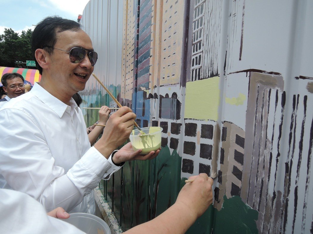 新北市長朱立倫昨天與板橋中山國小學童一起彩繪施工圍籬,不擅畫畫的他還怕自己的畫會...