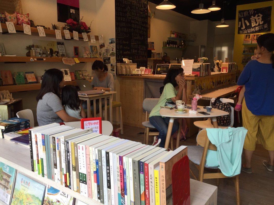 MR Book Cafe 月讀。書咖結合咖啡廳、藝文活動,增加民眾參與的機會。 ...