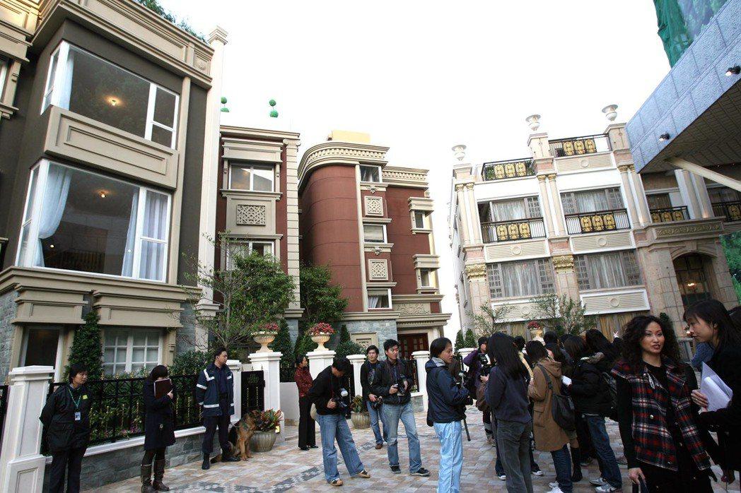 誇張的房價漲幅,讓香港成為世界上最難買房的城市之一,也成了香港年輕人最沉重的負擔...
