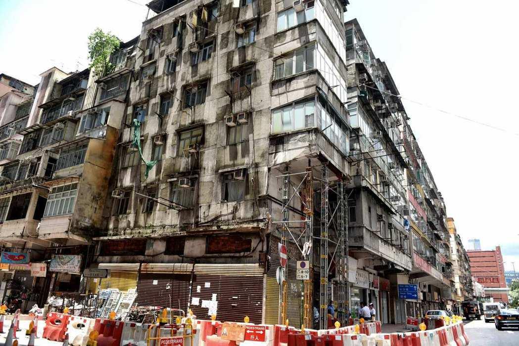 香港紅磡機利士南路塌露台的唐樓,部分樓層已經解封。香港特區政府屋宇署表示,會向業...
