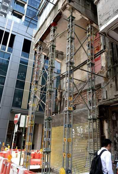 香港紅磡一幢唐樓的露台在21日凌晨倒塌,事件中沒有人受傷。屋宇署初步調查後,相信...