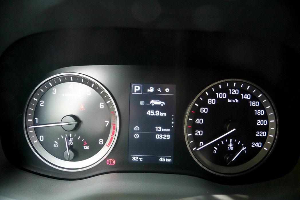 4.2吋全彩高解析度車資顯示幕,僅有英文,無中文。 記者史榮恩/攝影