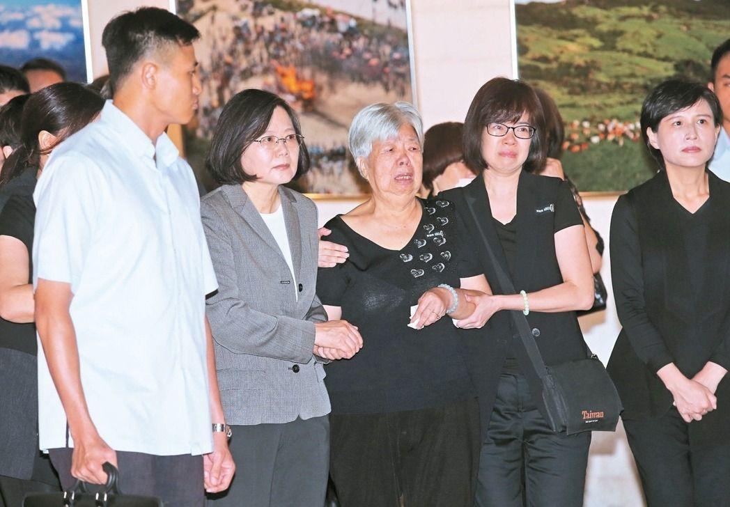 蔡英文總統(左)昨天出席「看見齊柏林」紀念展,陪同齊柏林的母親(中)一起看展。記...