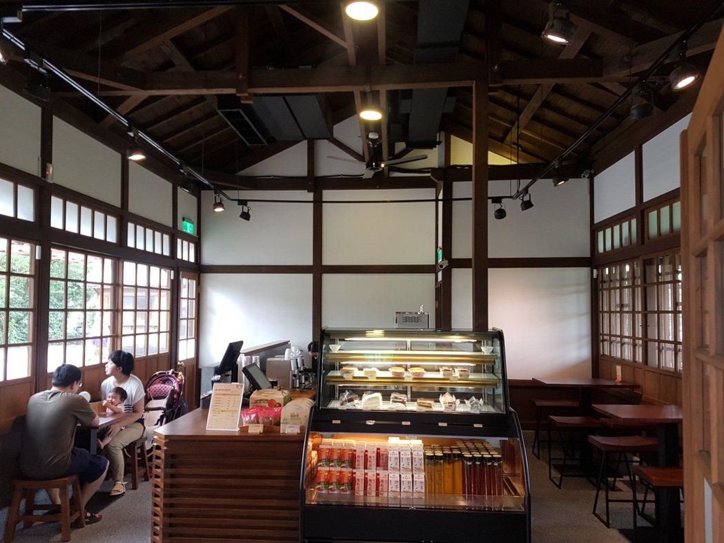 森藝館商店內販售各種點心飲品、食品伴手禮與手工木藝、竹藝製品。圖/羅東林管處提供