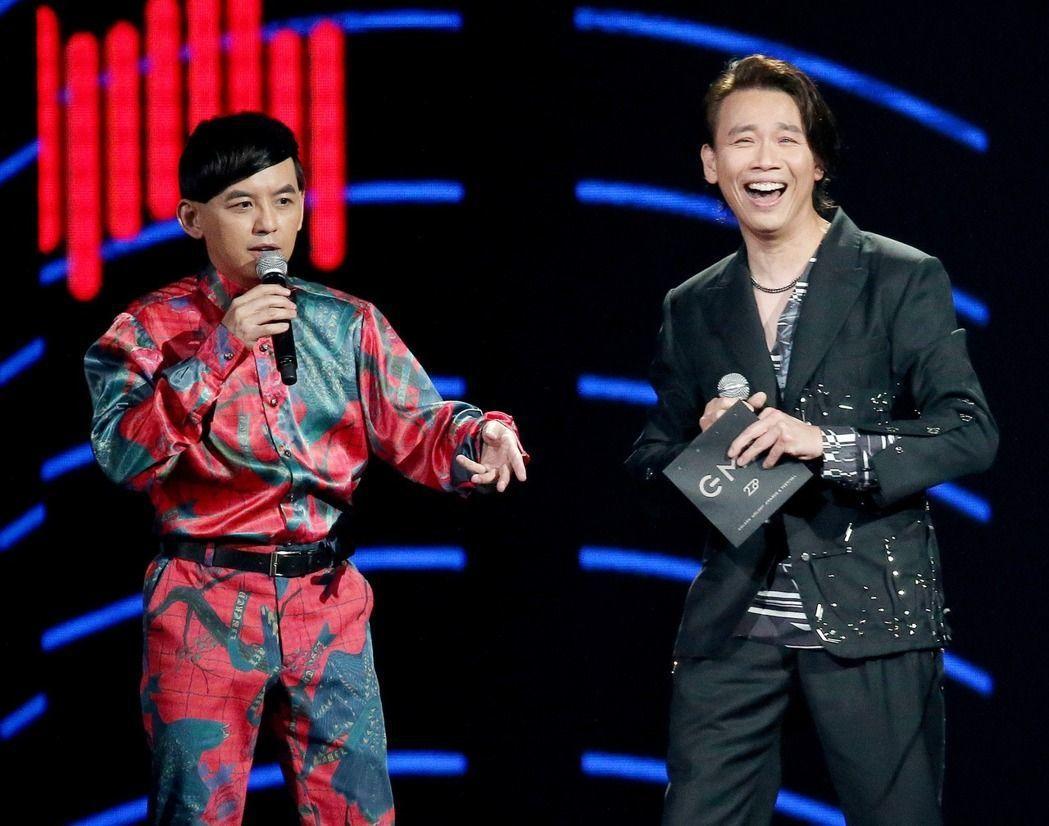陶喆(右)頒發最佳單曲製作人獎。記者林伯東/攝影