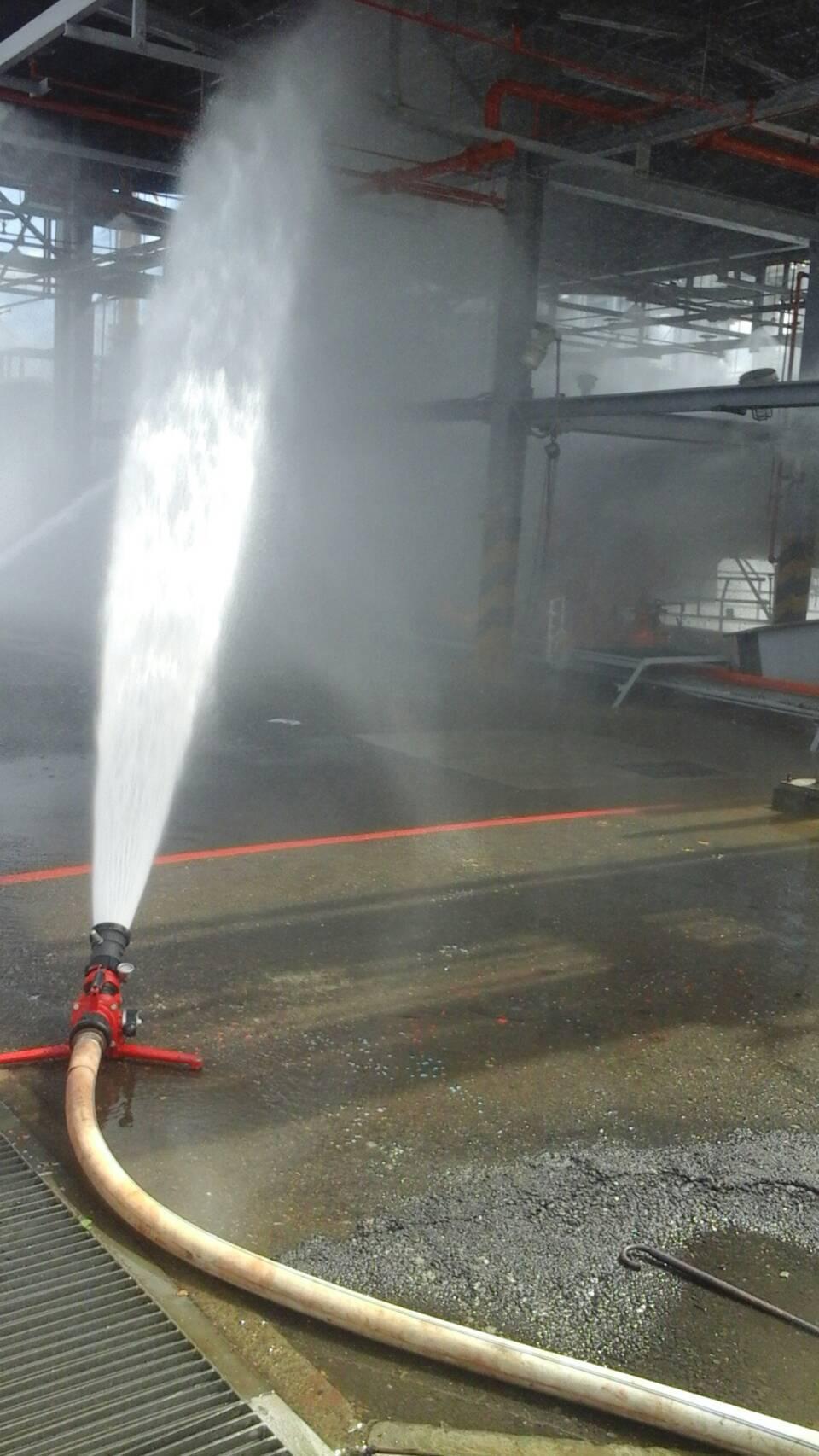 台氯公司林園廠內氯乙烯灌裝站今天上午發生火警,消防隊前往灌救。圖/高雄市環保局提...