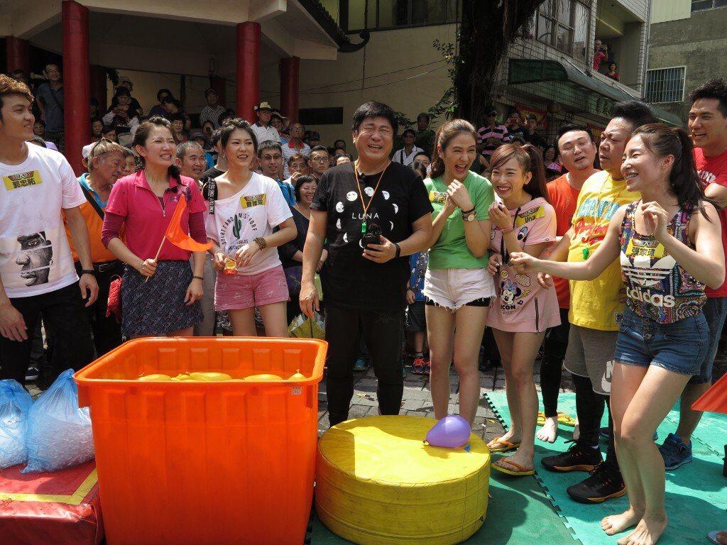曹雅雯(左三)日前錄民視「綜藝大集合」。圖/民視提供