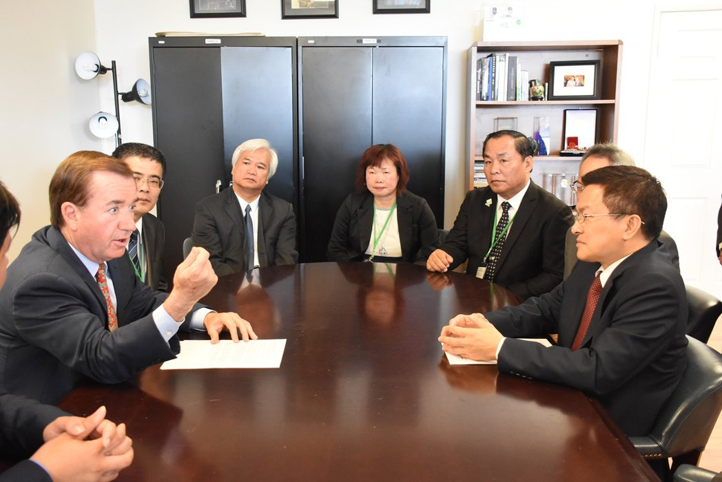美國眾議院外交委員會主席埃德.羅伊斯(左)與魏明谷談及美台關係,保證支持台灣加入...