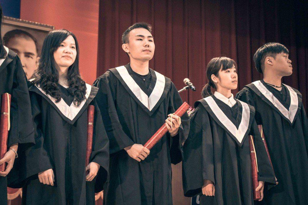 今年從台師大圖傳系畢業的劉家昇(中),已是「團圓堅果」的創辦人。圖/截自劉家昇臉...