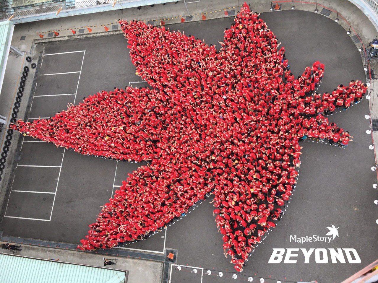 《新楓之谷》成功刷新金氏世界紀錄,1,558名玩家拼出世界上「最大的人體楓葉圖形...