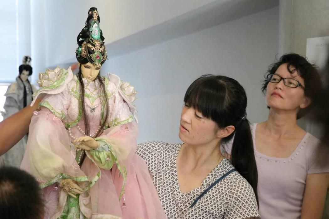 三昧堂布袋戲的日本後援會粉絲還組團協助當助教。圖/三昧堂提供