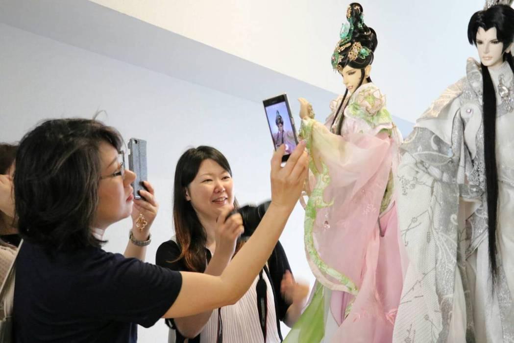 三昧堂華麗布袋戲偶日本展出,許多日本粉絲追星。圖/三昧堂提供