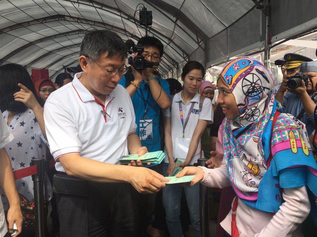 全球穆斯林今日慶祝開齋節,台北市長柯文哲遵循印尼人在開齋節也有換新鈔、「發紅包」...