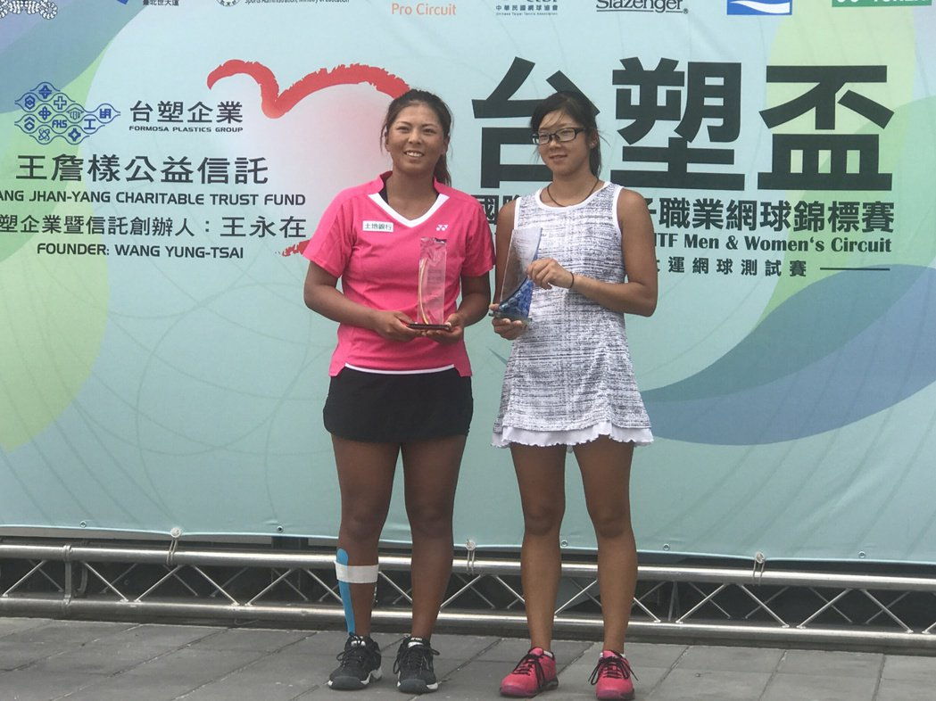 李珮琪(左)鏖戰3盤逆轉封后。記者毛琬婷/攝影