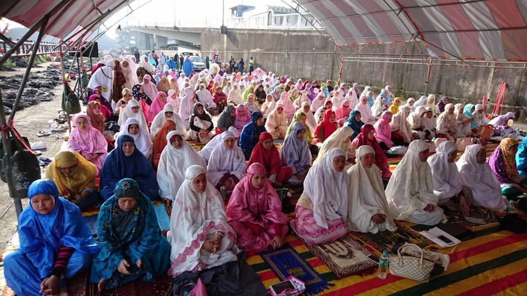 上百名穆斯林齊聚一堂,在異鄉一同度過家鄉的重要節日。圖/宜蘭縣政府勞工處提供