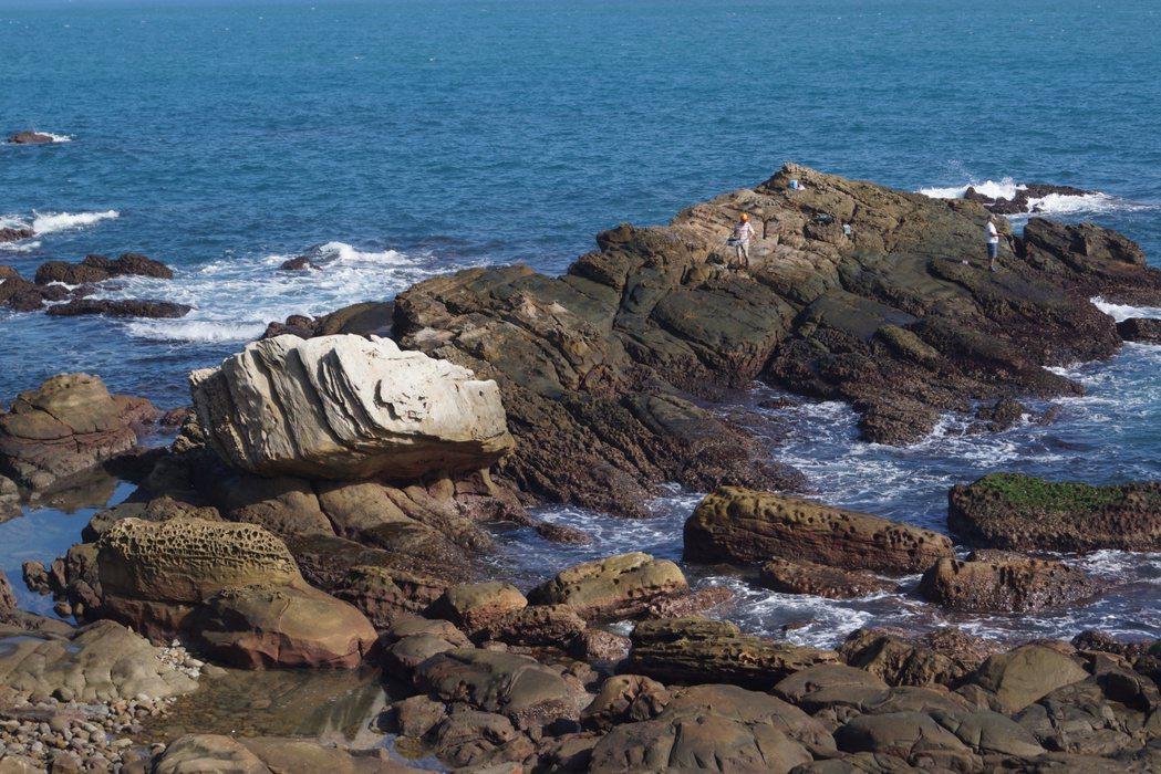 陳姓老翁昨天被發現陳屍在萬里獅子公園海邊。記者曾健祐/攝影