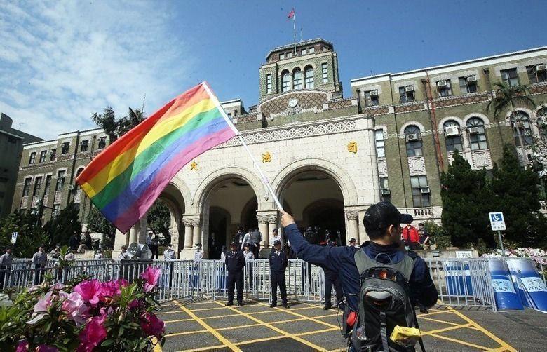 贊成同婚人士揮舞彩虹旗。報系資料照