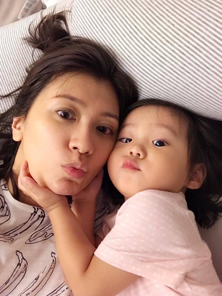 賈靜雯和女兒咘咘,母女啾咪照超萌。圖/摘自賈靜雯臉書