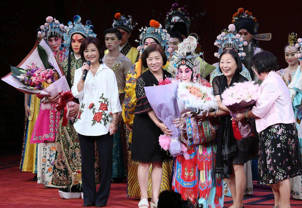 戴綺霞演出成功觀眾紛紛上台獻花。記者陳柏亨/攝影