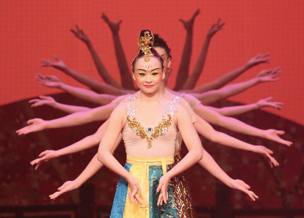 台灣戲曲學院學生在木柵演藝中心演出千手觀音。記者陳柏亨/攝影