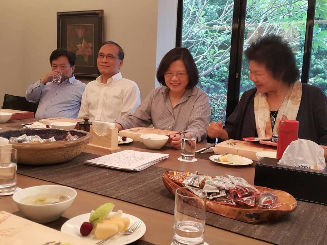 總統蔡英文昨晚在官邸和綠營縣市長餐會。圖/讀者提供
