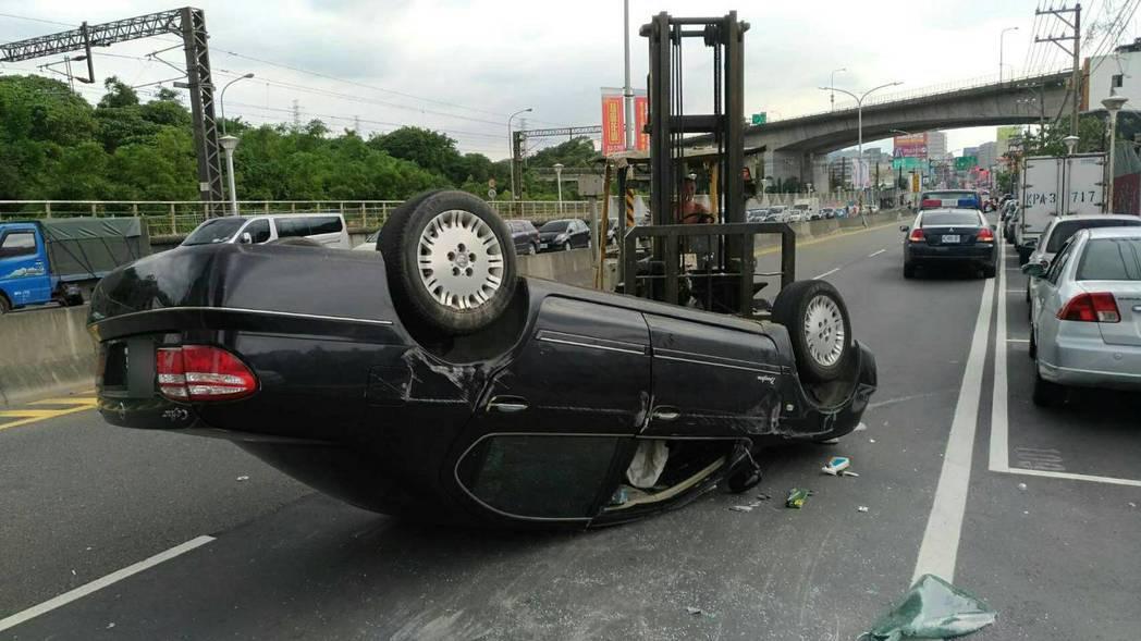 林男的黑色轎車180度翻轉。記者江孟謙/翻攝