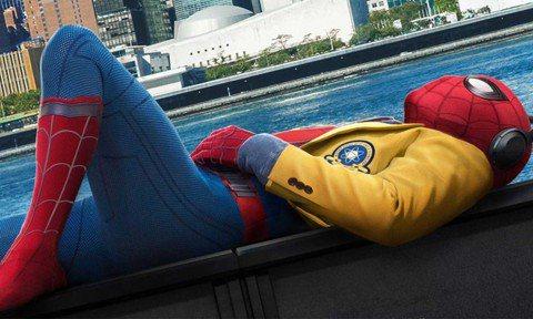 「蜘蛛人:返校日」上映在即,自從「鋼鐵人」系列的小勞勃道尼及強法洛紛紛回歸之後,近日漫威影業的演出陣容又出現大驚喜,根據「MoviePilot」報導,這一集「蜘蛛人」還會讓「鋼鐵人」系列女主角小辣椒...