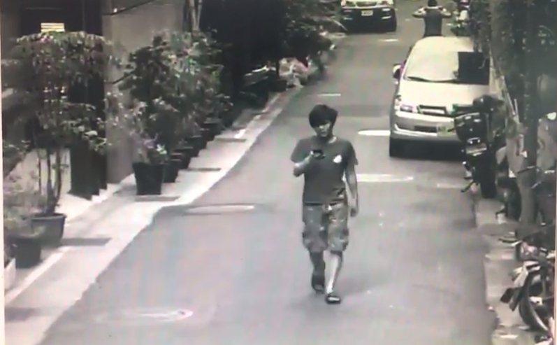 楊男獨自步出租屋處投宿旅店。記者林孟潔/翻攝