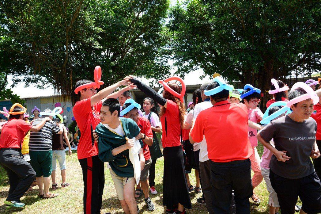 二林社區大學師生今天到喜樂保育院萬合院區,陪伴憨兒玩團康遊戲,享受快樂的星期天。...