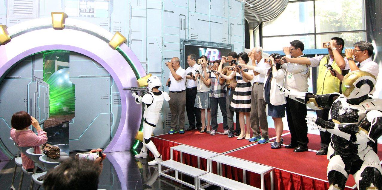 暑假將至,台南市南瀛天文館推出「幻象瑪爾斯」VR虛擬實境體驗展。圖/南瀛天文館提...