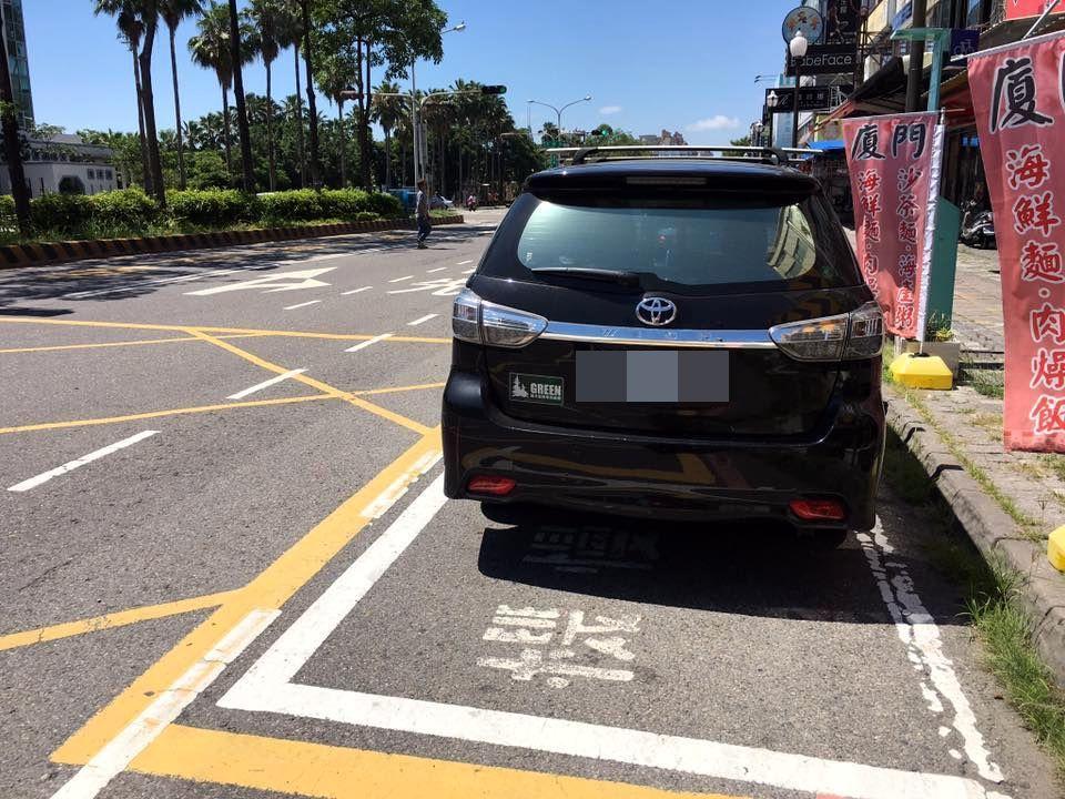 民眾PO 上同一地區機慢車待轉區上停放自小客車,指非個案。翻攝自《台南諸事會社》