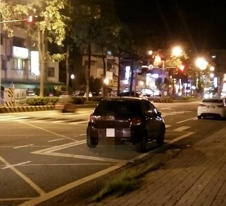 有民眾在社群網站《台南諸事會社》PO文,指車就停機車待轉區之上,超傻眼。翻攝自《...