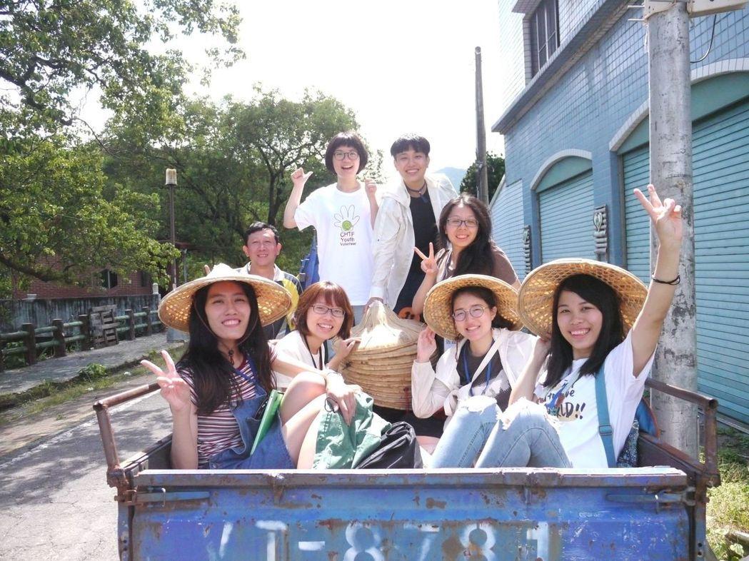 搭乘碰碰車或農用搬運車也是體驗課程的一部分,年輕學員覺得好好玩。記者徐白櫻/攝影