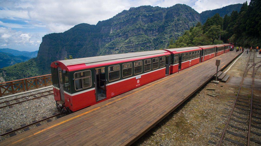 二萬坪車站與鄒族聖山塔山,被稱為視野最美的車站。圖/賴國華提供