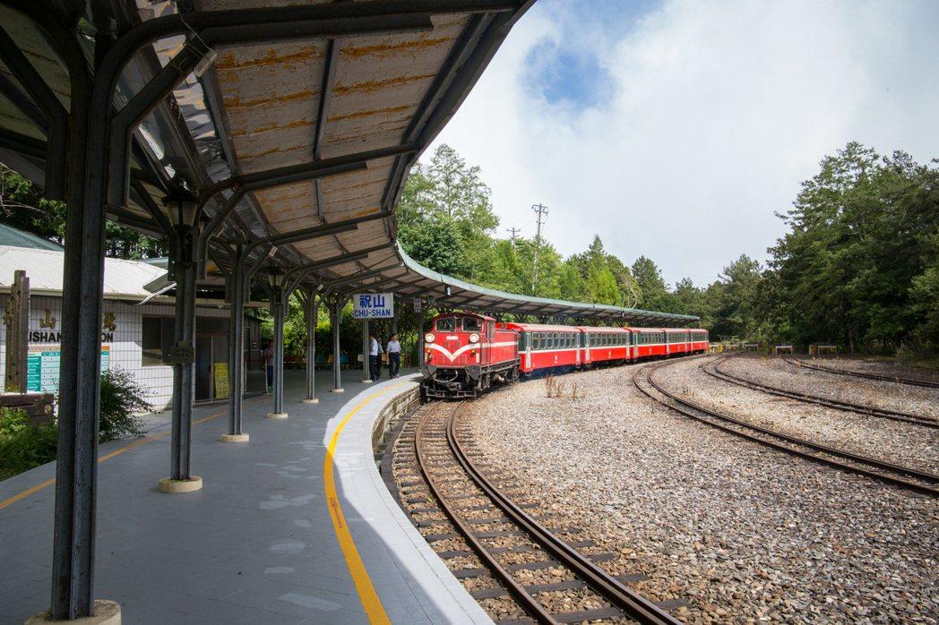 祝山車站保留全台少有漂亮的弧線月台。圖/賴國華提供