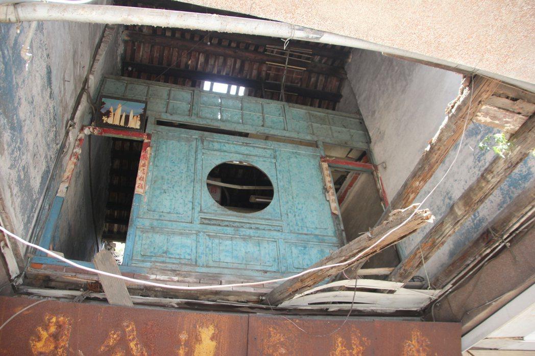 鹿港鎮老屋德成堂上周因連日豪雨樓板傾塌,成為危樓,文化局已啟動暫定古蹟程序,搶救...