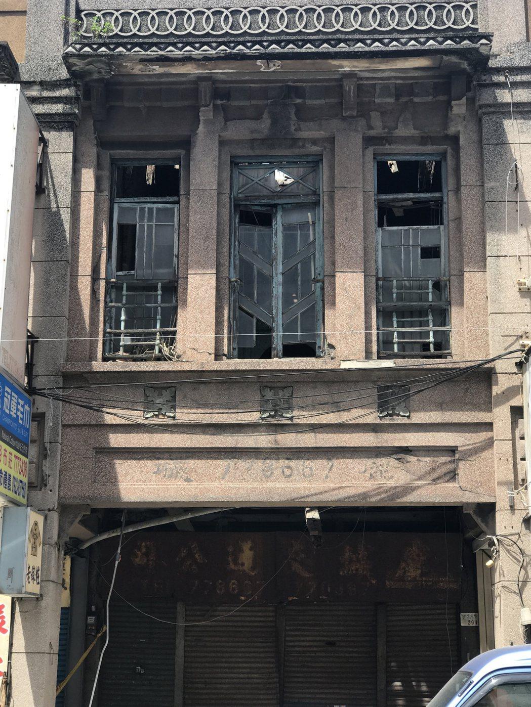 鹿港鎮老屋德成堂上周因連日豪雨樓板傾塌,文化局已啟動暫定古蹟程序,希望搶救這幢美...